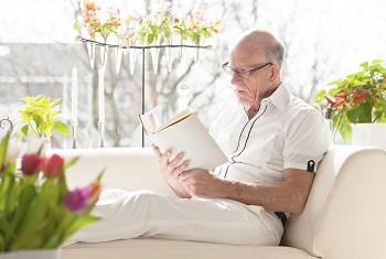 Mies lukee 350 artikkelikuva